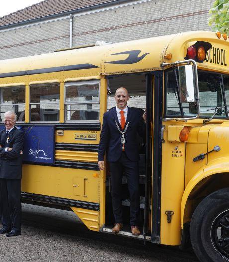Met de burgemeester in de bus: Sint-Michielsgestel zet gedecoreerden toch nog op een podium