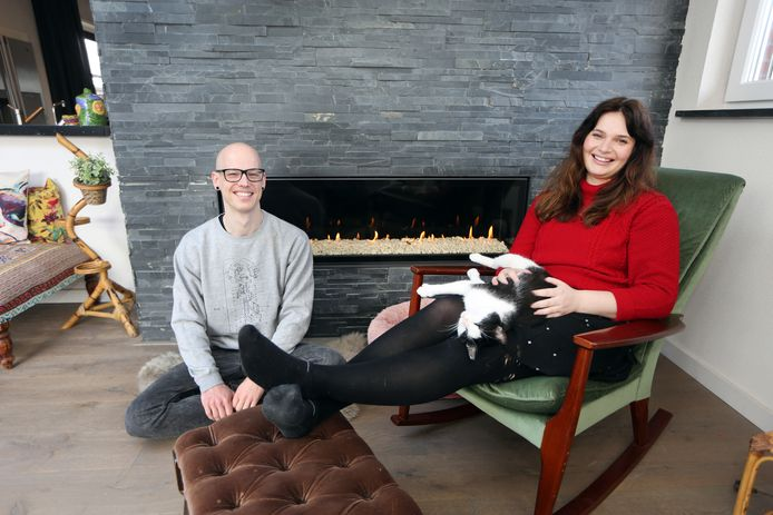 Koen Romers (33) en Bethany Bishop (28) verhuizen van een appartement in Rotterdam Blijdorp naar het buitengebied van Klein-Zundert. Kat Bram kan nu ook lekker naar buiten.