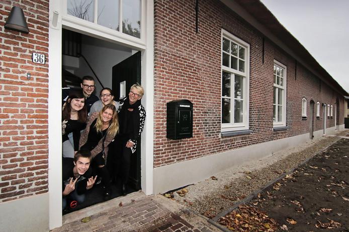 Tanja Verstappen (rechts) met bewoners en begeleiders in het nieuwe pand.