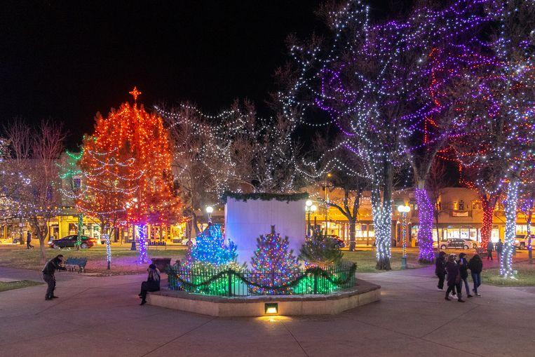 In het midden van het met kersverlichting versierde Plaza van Santa Fe stond de obelisk. Nu beschermt spaanplaat de sokkel tegen vernieling. Beeld Eline van Nes