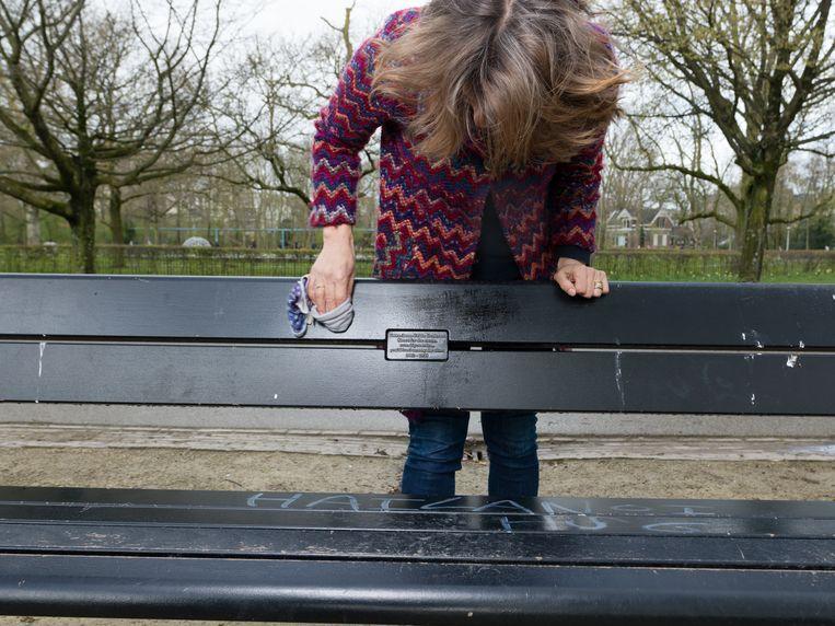 Jolanda in vondelpark bij bankje voor haar overleden dochter. Beeld Ivo van der Bent