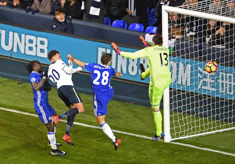 De 2-0: Weer komen Moses en Azpilicueta te laat, weer kan Courtois niet ingrijpen. Beeld Getty Images