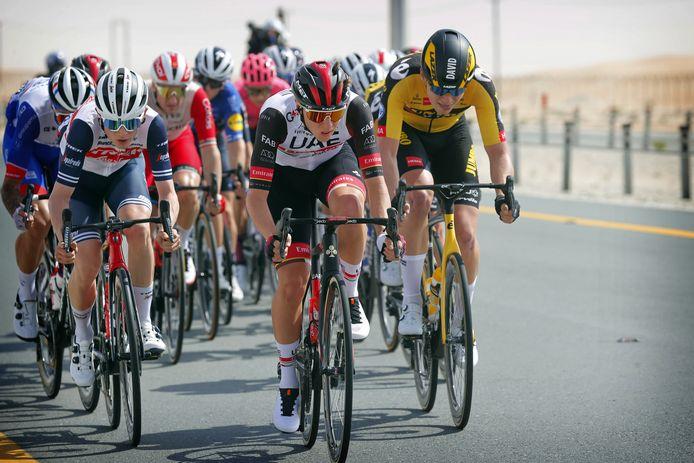 Tourwinnaar Tadej Pogacar op kop namens UAE Team Emirates.