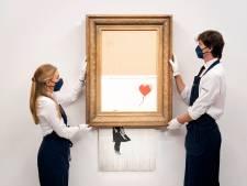 """Adjugé! 21,8 millions d'euros pour """"La Fille au Ballon"""" de Banksy, en partie autodétruite"""