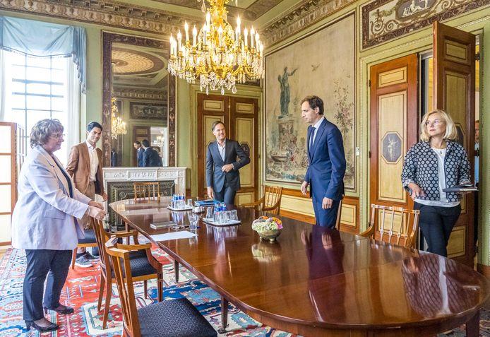 Mark Rutte, Wopke Hoekstra en Sigrid Kaag op gesprek bij de vorige informateur Mariëtte Hamer. De weerzin onder D66'ers tegen het CDA is groot.