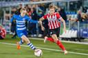 Nurija van Schoonhoven (r) van PSV snelt langs haar tegenstander.