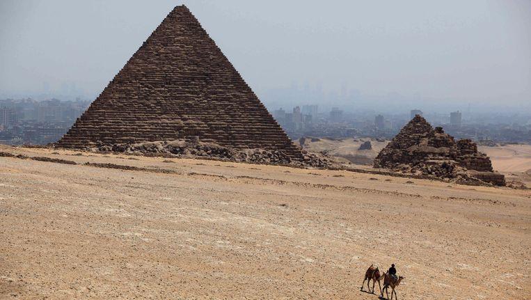 De daders openden het vuur op een controlepunt van de veiligheidstroepen in de buurt van de piramide van Gizeh. Beeld ap