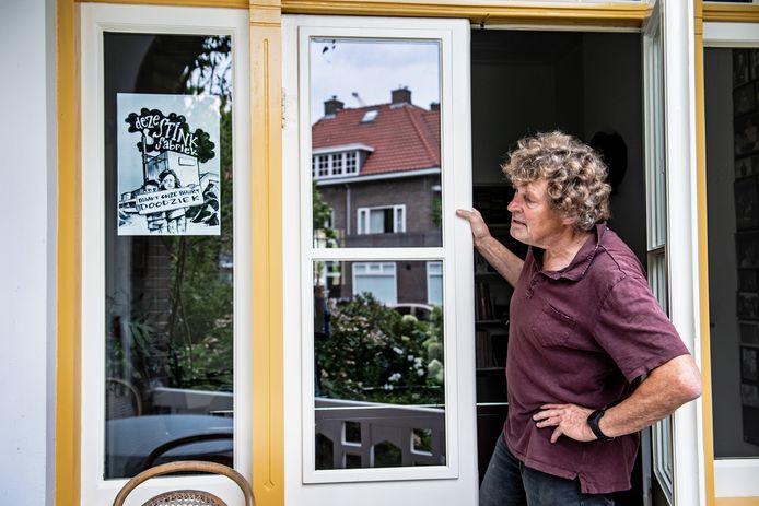 Hans Sprangers van wijkraad Waterkwartier heeft ook een protestposter opgehangen.