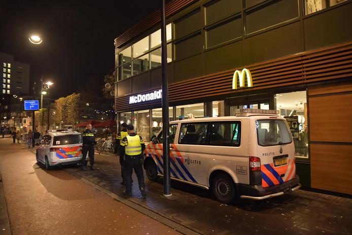 Politie bij de McDonald's in Tilburg.