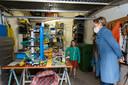 De zesjarige Sam toont Antwerps schepen voor stadsontwikkeling Annick De Ridder de maquette die ze samen met haar nonkel maakte.