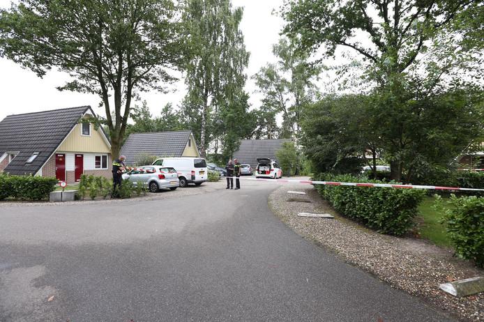 Politie en linten op het villapark op de dag van het incident.