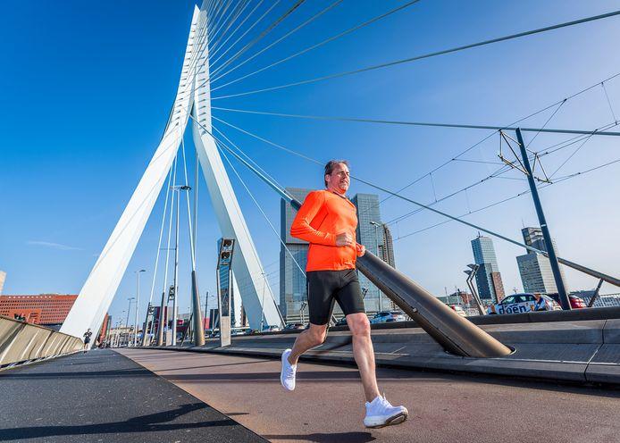 Johan van Rijn wil in het najaar de Rotterdam Marathon lopen, maar een startbewijs verkrijgen wil hem maar niet lukken.