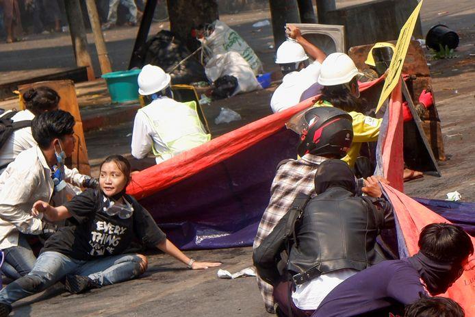 Angel ligt op de grond om dekking te zoeken tegen de kogels en het traangas. Kort daarna wordt ze in haar hoofd geschoten.