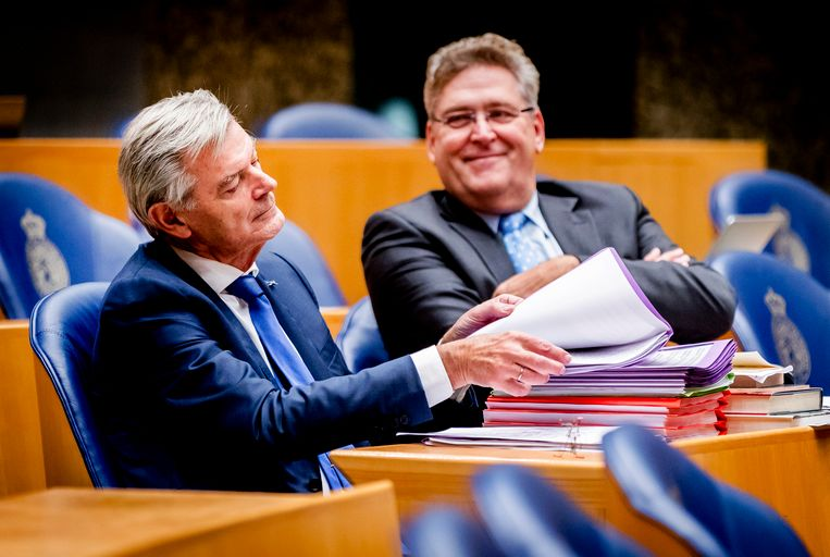 Martin van Rooijen geflankeerd door zijn fractievoorzitter, Henk Krol. Beeld ANP