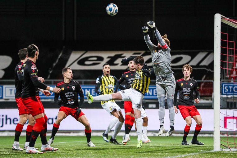 Excelsior-keeper Alessandro Damen heeft een maillot aangetrokken voor de winterse wedstrijd tegen Vitesse - ook voorkomt hij een doelpunt in het bekerduel. Beeld ANP
