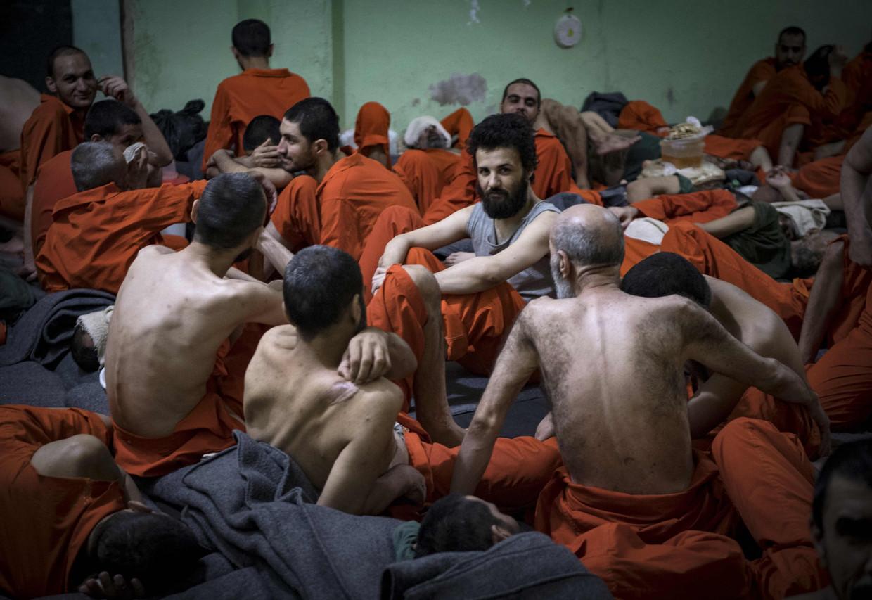 In elke ruimte van de gevangenis van Al Hasakah zitten 70 tot 80 gevangenen samengepakt, in de walm van een open wc.
