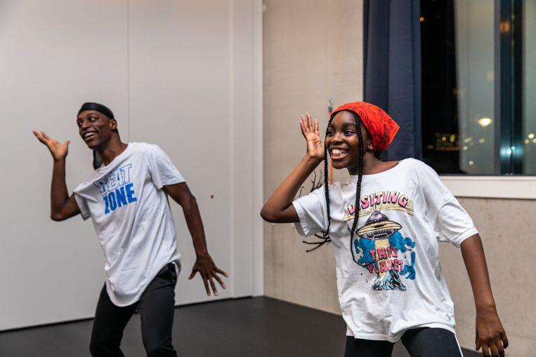 Dansleraar Myron Talloway met zijn zusje Jahrelle. Beeld Dingena Mol