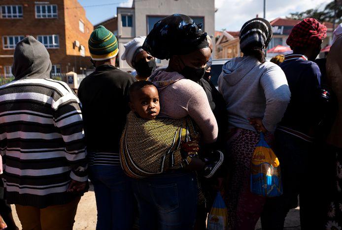 Zuid-Afrikanen staan in de rij om een voedselpakket te ontvangen in Durban, Zuid-Afrika eind vorige maand.