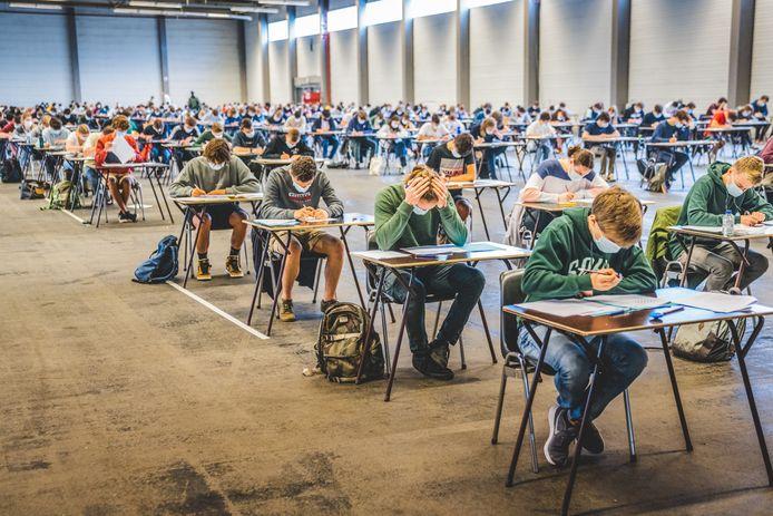 Toekomstige studenten burgerlijk ingenieur en burgerlijk ingenieur-architect leggen de ijkingstoets af in Flanders Expo.