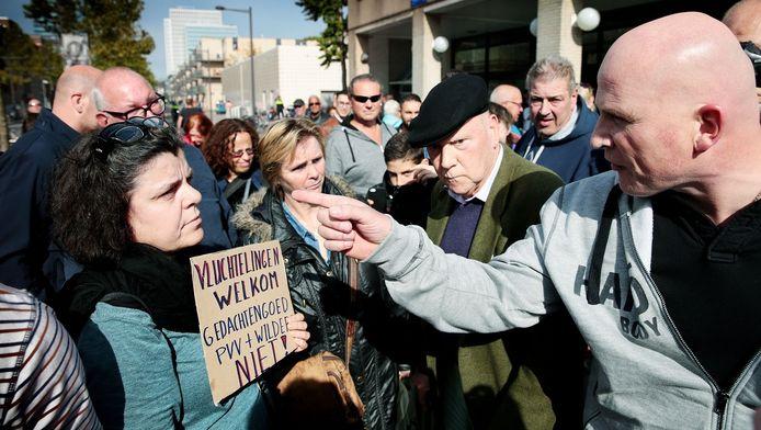 Een demonstrante die een tegengeluid wil laten horen, krijgt de volle laag van een Wilders-aanhanger.