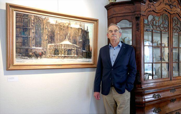 Jan Geerts bij een van zijn pronkstukken in het Jan Heestershuis: Sint-Jan met gerfkamer van Frans Slager.