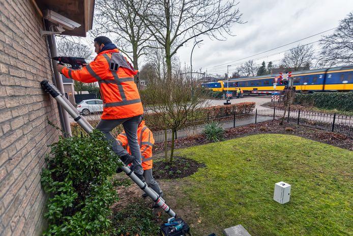 Dorst - 08-02-2019 - Pix4Profs / Johan Wouters - In Dorst worden tegen de gevel van een huis vlak aan de spoorwegovergang sensoren en een camera geplaats. De bedoeling is een jaar lang bij te houden welke trillingen door welke treinen veroorzaakt worden.
