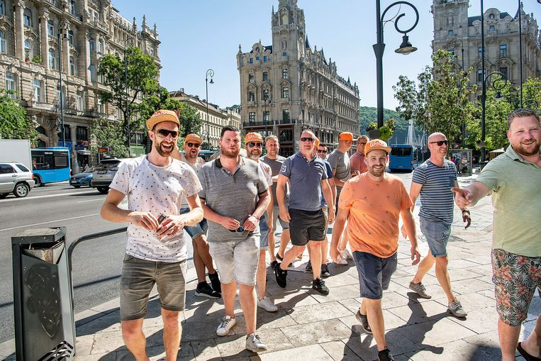 Een groep vrienden uit Hoeve, een dorp in de buurt van Etten Leur, is naar Boedapest gereisd voor de wedstrijd van het Nederlands elftal zondag tegen Tsjechië.  Beeld Guus Dubbelman / de Volkskrant