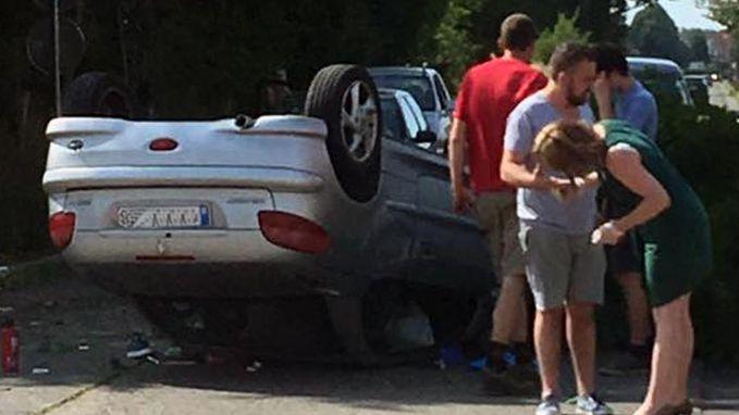 Wagen overkop na botsing met paal