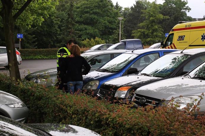 Een vrouw raakte gewond na de aanrijding op de parkeerplaats.
