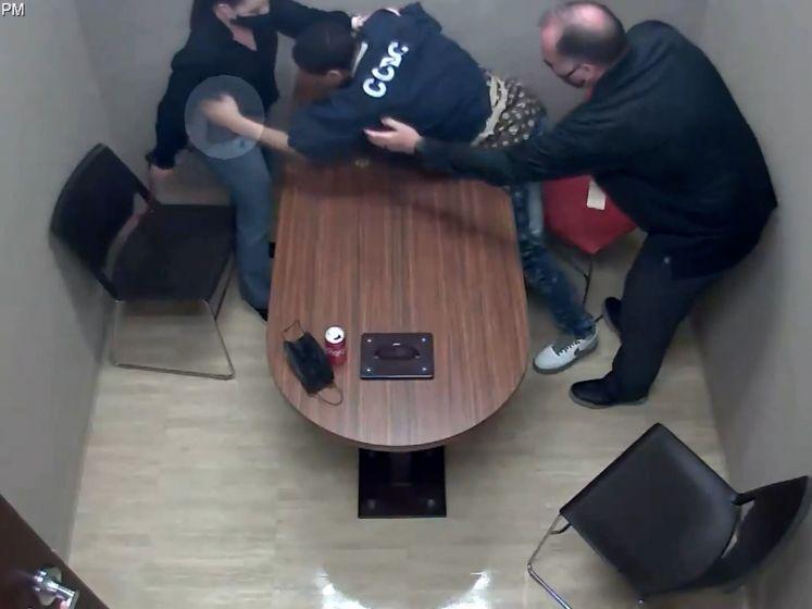 Beschuldigde grijpt naar wapen van politieagent