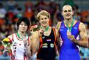 Epke Zonderland wint de gouden medaille op het WK in Nanning. Links naast hem zilveren medaillewinnaar Kohei Uchimura (Japan), rechts bronzen medaillewinnaar Marijo Moznik (Kroatië).