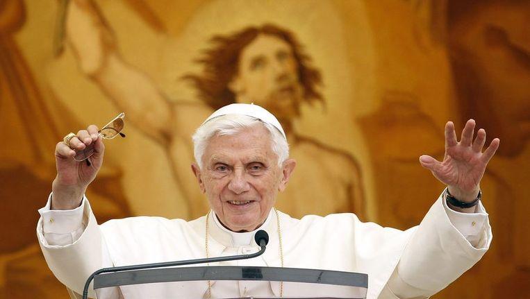 Paus Benedictus XVI zwaait vanuit zijn vakantiehuis in Castel Gandolfo naar gelovigen. Beeld reuters