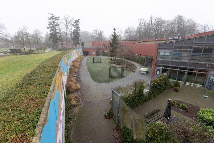 De binnenplaats van FPA De Boog in Warnsveld. Een gesloten afdeling waar mensen met een psychiatrische stoornis worden behandeld die in aanraking zijn gekomen met justitie of daarmee in aanmerking dreigen te komen.