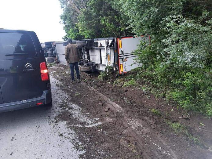 De vrachtwagen, geladen met voedingswaren, zakte door de zachte berm en kantelde langs de N8 in Lo-Reninge.