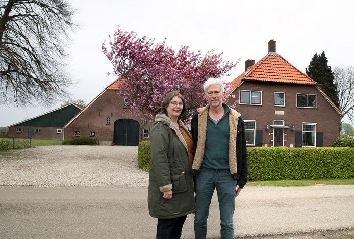 Nic Drion en Marlies De Groot voor boerderij Nijhof in Doesburg.