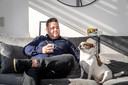 Mark Gillis is de zoon van multimiljonair Peter Gillis. Hier zit hij op de bank met zijn hond Lola.