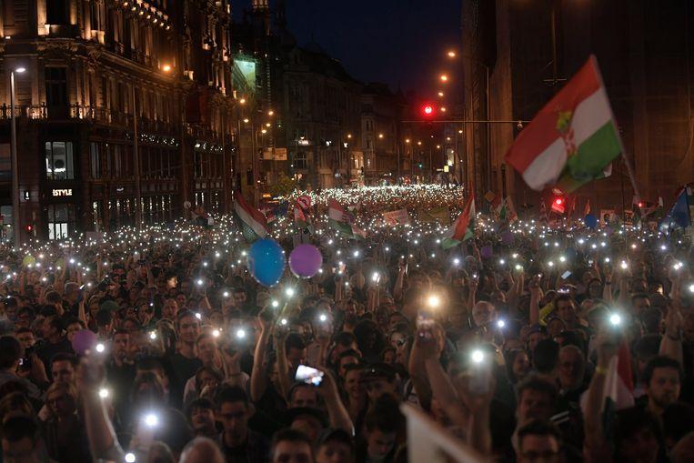 Deelnemers aan het protest '2.0 Wij zijn de meerderheid - Weer een protest voor democratie', vorig jaar april in Boedapest.  Beeld EPA
