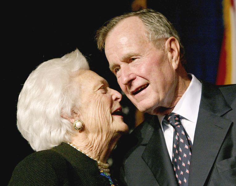 Barbara Bush met haar zoon Jeb Busch in 2002. Beeld REUTERS