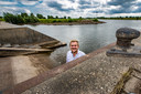 Gerwin Noltes uit Wijhe heeft sinds kort een boot maar rijdt naar Deventer om het vaartuig in de IJssel te laten zakken. Bij de Loswal is de trailerhelling veel te steil, vindt hij.