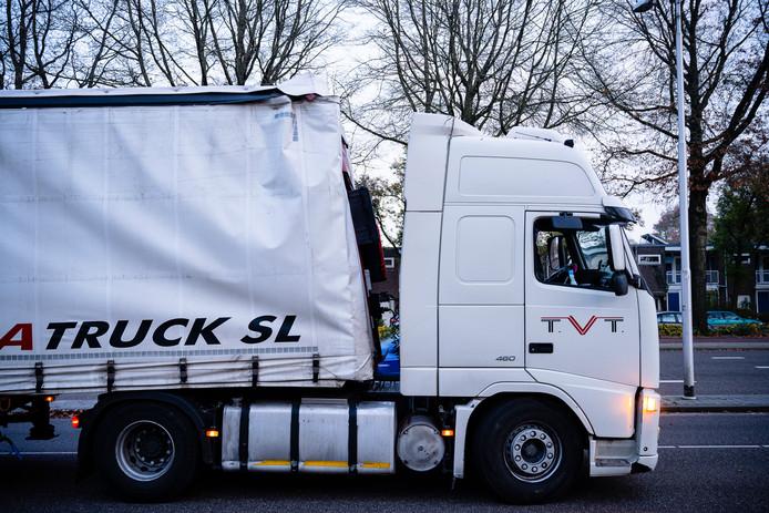 Een vrachtwagenchauffeur heeft zich donderdagmiddag klemgereden onder het spoorviaduct op de Statenlaan in Tilburg.