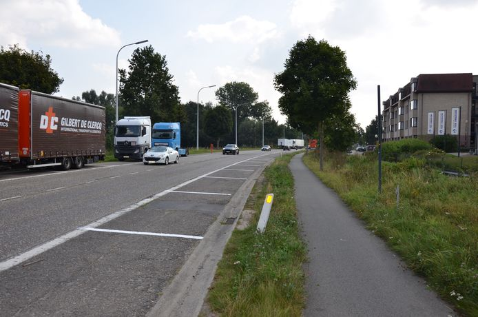 De nieuwe parkeerstroken zorgen voor onvrede bij de vrachtwagenchauffeurs die er hun truck parkeren.