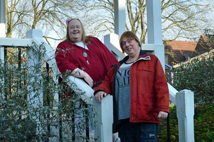 """Mathilde van Heck (links) en Fleur Schatsbergen bij de muziektent in Ouwerkerk. Mathilde: ,,Ik vind Zeeland heerlijk. De mensen zijn aardig en lief."""""""
