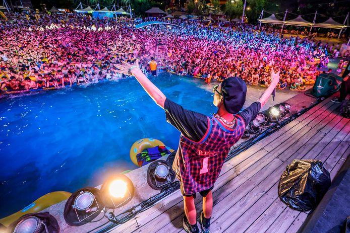 Honderden mensen zochten afgelopen weekend verkoeling in een openluchtzwembad in de Chinese stad Wuhan.