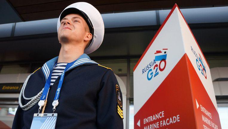 Een Russische matroos op wacht bij de haven van St. Petersburg, het decor van de G20-top die donderdag en vrijdag wordt gehouden. Beeld getty
