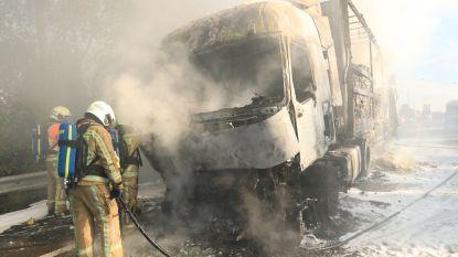 Vrachtwagen met goederen voor supermarkt in vlammen opgegaan