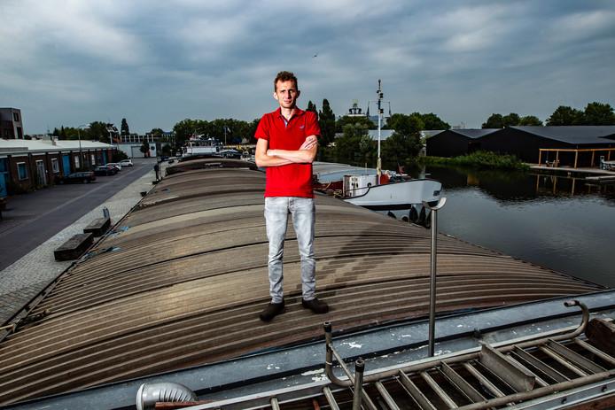Laszlo Olislagers lag vorig jaar zomer met zijn schip Infinitum 31 dagen lang vast in de haven van Deventer. Hij wil dat de gemeente Deventer hem 60.000 euro betaalt. Dat is de schade die hij volgens zijn advocaat heeft geleden.