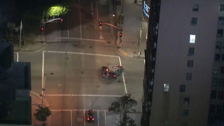 De politie van Los Angeles achtervolgde gisteren een man die te snel had gereden. De bestuurder wou ontkomen, maar veroorzaakte daarbij schade aan andere wagens en zelfs een ongeval. Als bij wonder raakte niemand gewond.