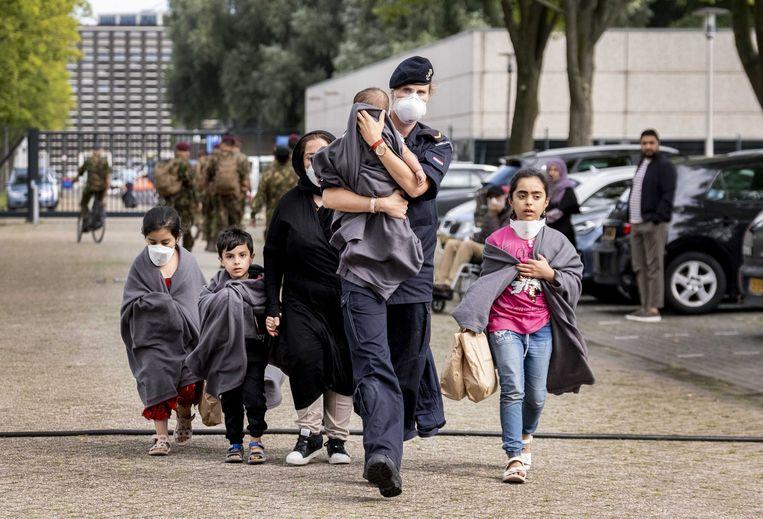 Evacués komen aan op het Marineterrein. Beeld ANP