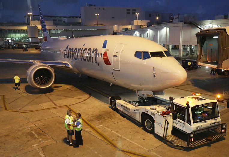 Een Boeing 737 Max 8 van de Amerikaanse maatschappij American Airlines wordt weggesleept op de luchthaven van Miami. Beeld AFP