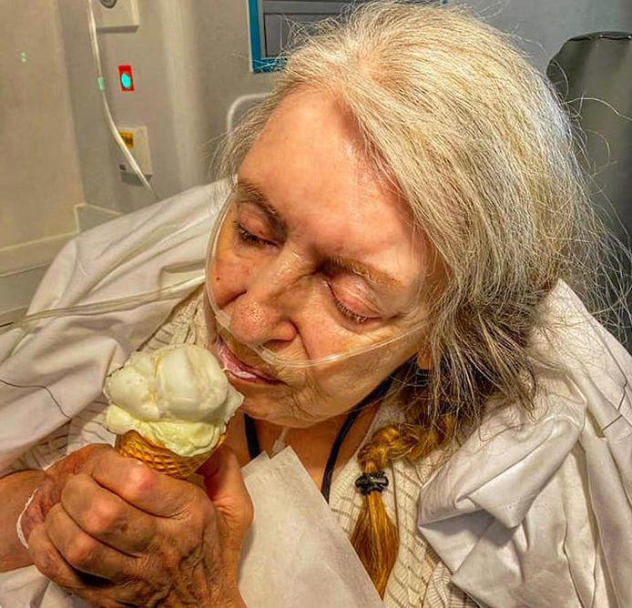 De vrouw kreeg het ijsje op kosten van de zaak.